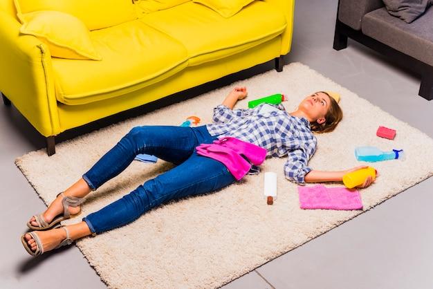 Concepto de limpieza del hogar con mujer exhausta