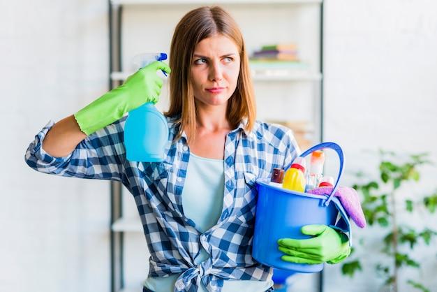 Concepto de limpieza del hogar con mujer joven