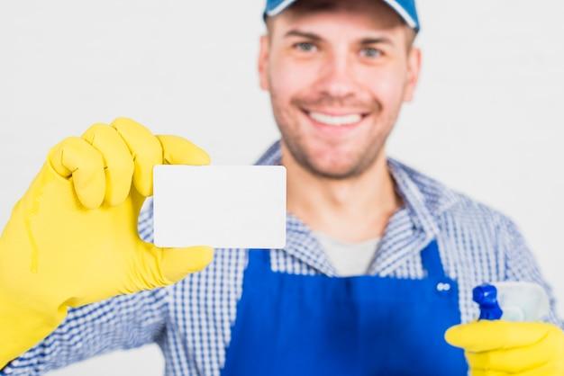 Concepto de limpieza con hombre enseñando tarjeta de visita