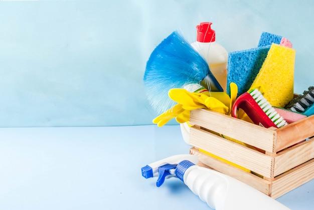 Concepto de limpieza de primavera con suministros, productos de limpieza de la casa de la pila. concepto de tarea doméstica, en copyspace azul claro