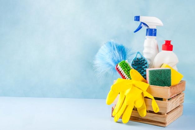 Concepto de limpieza de primavera con suministros, productos de limpieza de la casa de la pila. concepto de tarea doméstica, en espacio de copia de fondo azul claro