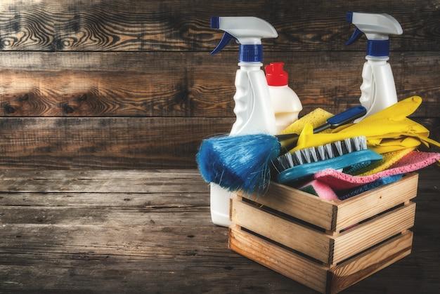 Concepto de limpieza de primavera con suministros, productos de limpieza de la casa de la pila. concepto de tarea doméstica