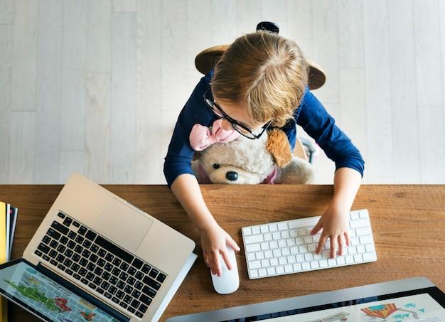 Concepto en línea de la conexión de networknig de la informática de la muchacha