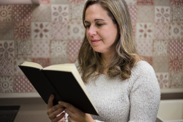 Concepto de literature con mujer