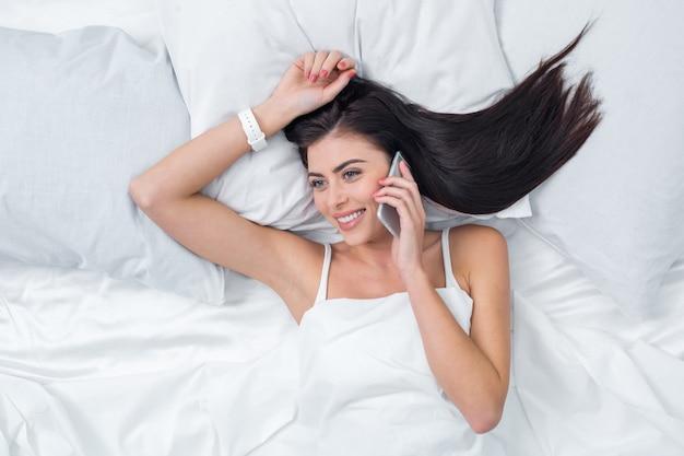 Concepto de llamada de teléfono de mujer joven