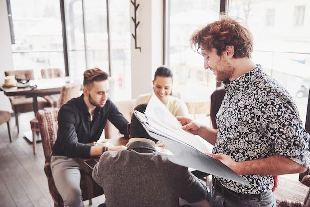 Concepto de lluvia de ideas de trabajo en equipo