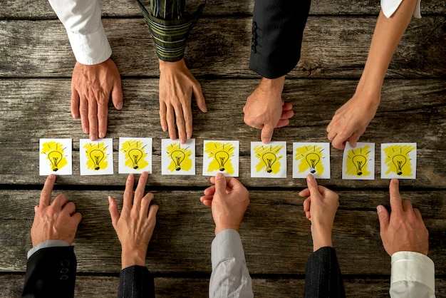 Concepto de lluvia de ideas y trabajo en equipo.