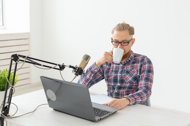 Concepto de locutor de radio - vista lateral del hombre guapo que trabaja como locutor de radio en la estación de radio.
