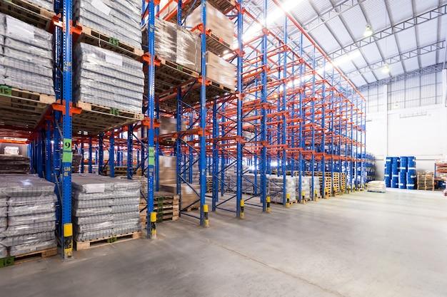 Concepto de logística, almacenamiento, envío, industria y fabricación - almacenar en el almacén ella