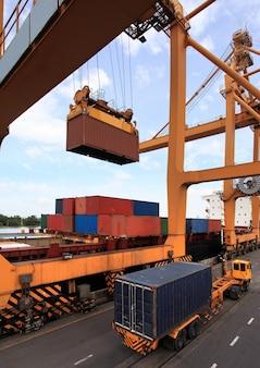 Concepto de logística empresarial, carga de contenedores