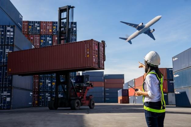 Concepto de logística empresarial, concepto de importación y exportación.