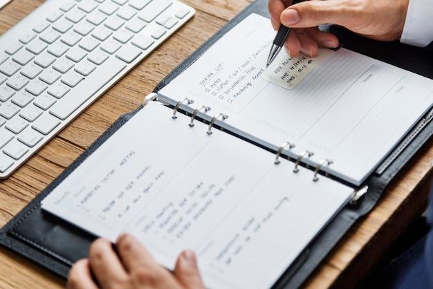 Concepto de lugar de trabajo de planificación de escritura de diario