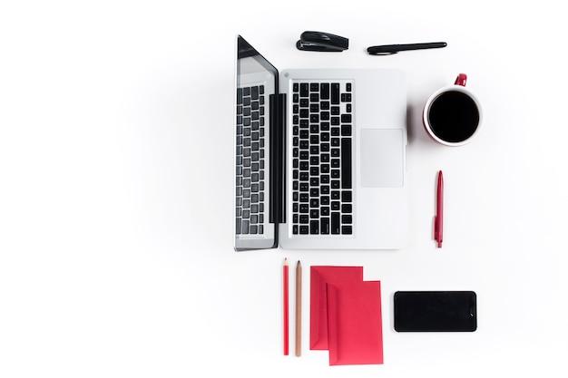 Concepto de lugares de trabajo cómodos. gadgets en el escritorio blanco