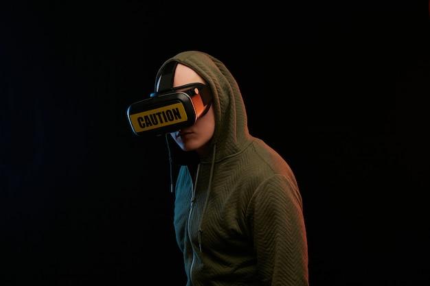 Concepto de lunes cibernético. hombre con gafas de realidad virtual