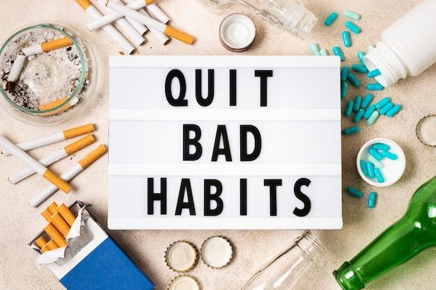 Concepto de mal hábito con pastillas y cigarrillos