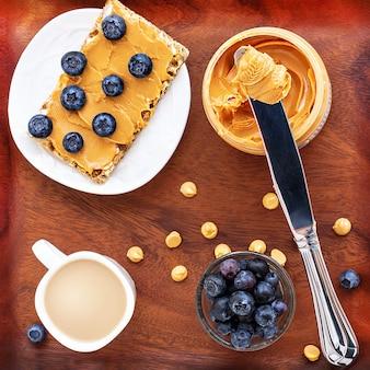 Concepto de mantequilla de maní saludable desayuno nutritivo