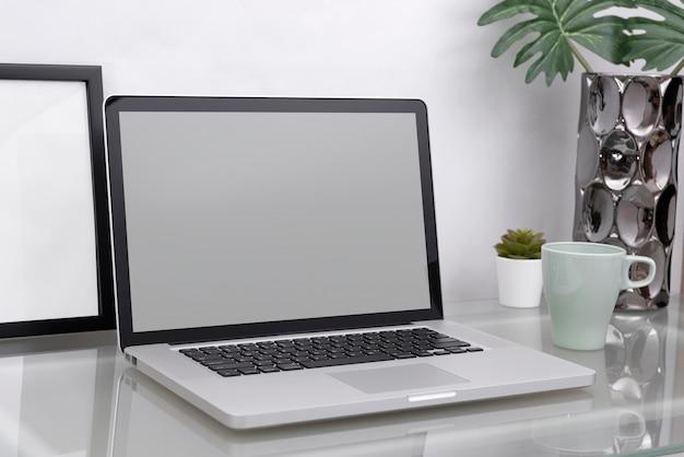 Concepto de maqueta de lugar de trabajo. computadora de escritorio de decoración de oficina con equipo. espacio de trabajo creativo