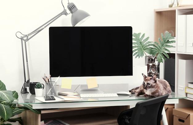 Concepto de maqueta de lugar de trabajo. computadora de escritorio de decoración de oficina con equipo.