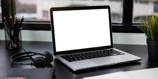 Concepto de maqueta de lugar de trabajo. simulacros de computadora de escritorio moderna para decoración del hogar.