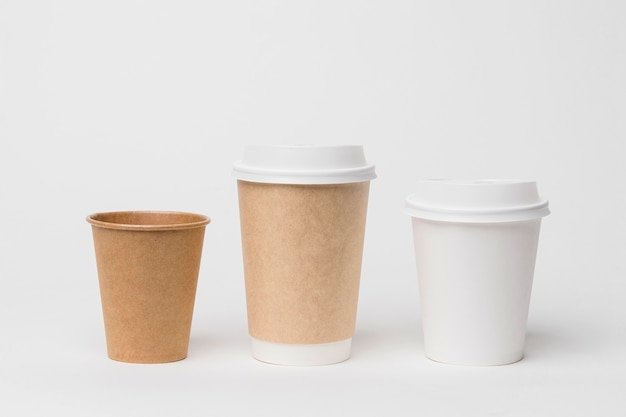 Concepto de marca de café con diferentes tazas.