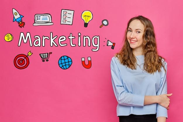 Concepto de marketing - joven sonriente en un espacio rosa.