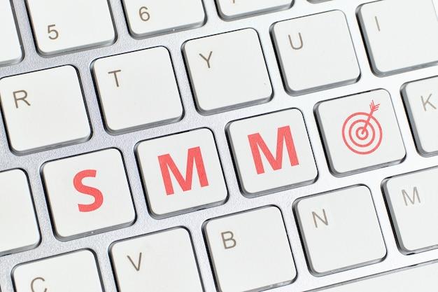 Concepto de marketing en redes sociales y destino en el teclado
