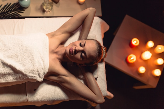 Concepto de masaje y bienestar con mujer