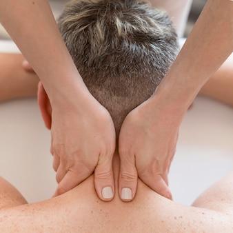 Concepto de masaje de cuello de primer plano