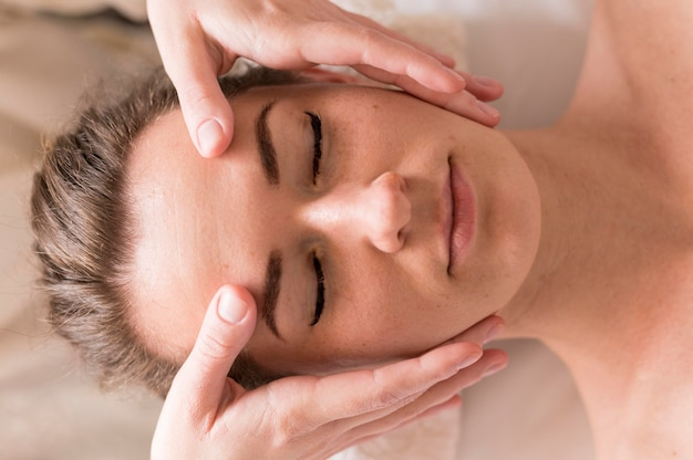 Concepto de masaje de frente