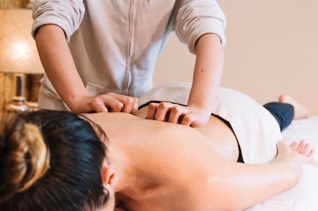 Concepto de masaje con mujer relajada