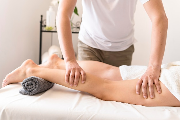 Concepto de masaje de piernas de primer plano