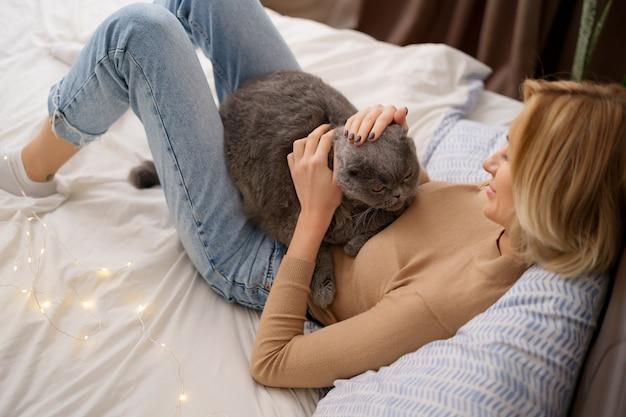 Concepto de mascotas, mañana, comodidad, descanso y personas.