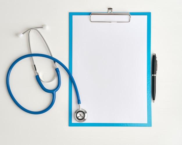 Concepto de medicina de estetoscopio y clibboard, vista superior de cerca