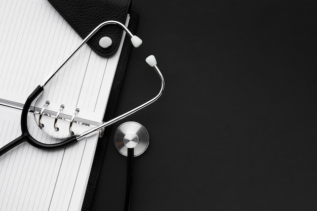 Concepto médico blanco y negro con estetoscopio