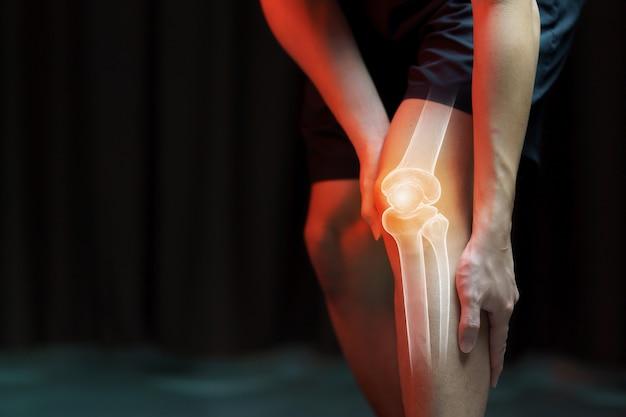 Concepto médico, hombre que sufre dolor en la rodilla - radiografía esquelética,