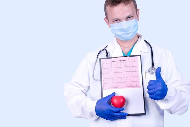 Concepto médico de prevención de enfermedades cardiovasculares. el médico mide la presión con un tonómetro.