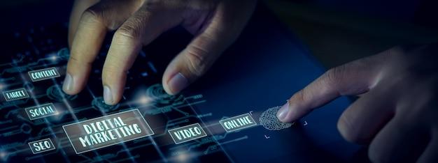 Concepto de medios de marketing digital, empresario presione el teclado de la computadora y muestre la tecnología de la pantalla.