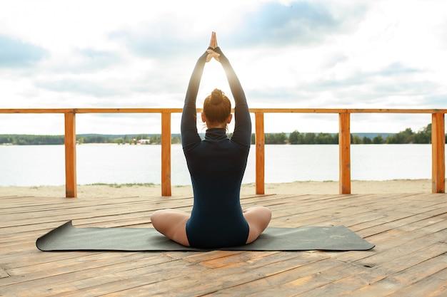 Concepto de meditación en la naturaleza. mujer hacer yoga en posición de loto