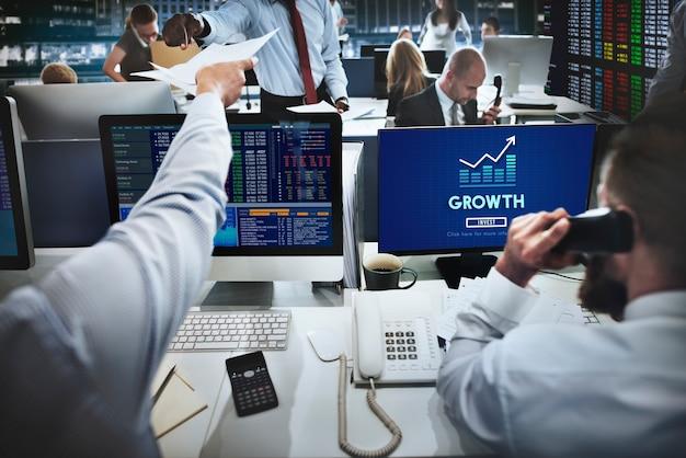 Concepto de mejora del éxito del lanzamiento de negocios de grwoth