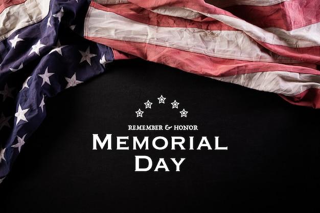 Concepto de memorial day banderas americanas con el texto recuerdo y honor