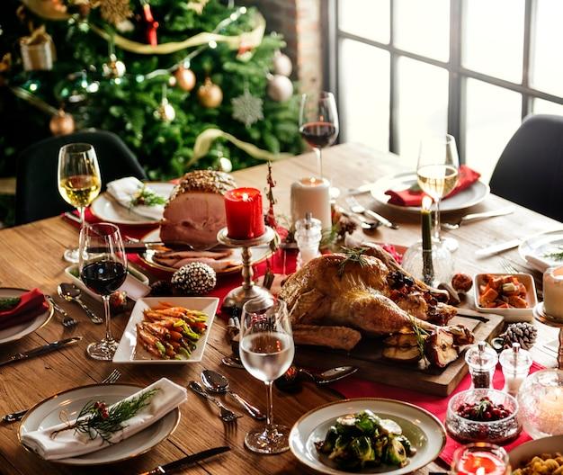Concepto de mesa de cena familiar de navidad