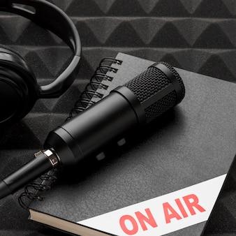 Concepto de micrófono de alta vista en el aire