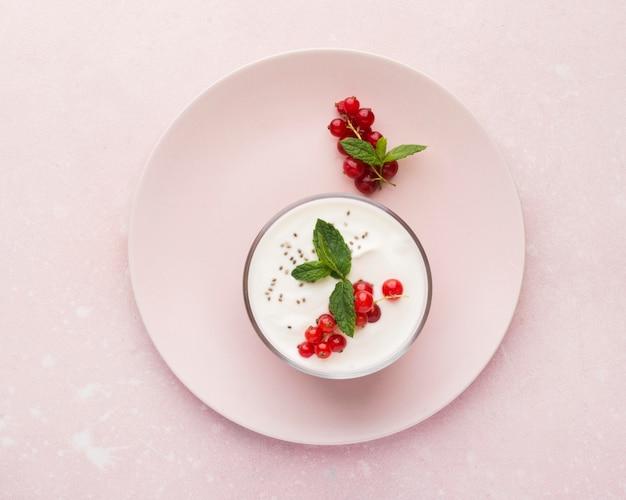 Concepto minimalista de estilo de vida de alimentos biológicos de yogur y arándanos