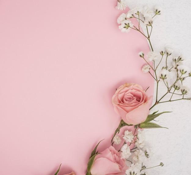 Concepto minimalista de rosas y pequeñas flores blancas