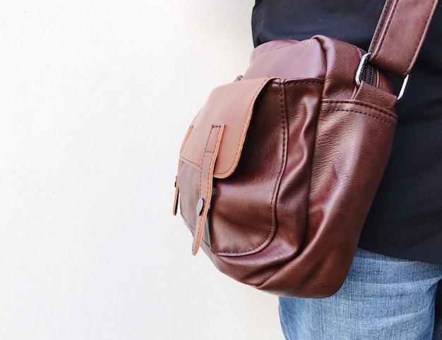 Concepto de moda: cuero marrón sobre fondo blanco con espacio de copia.