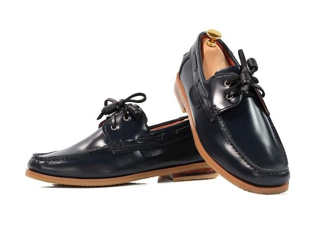 Concepto de moda masculina. zapatos de barco de cuero gris aislados en blanco.
