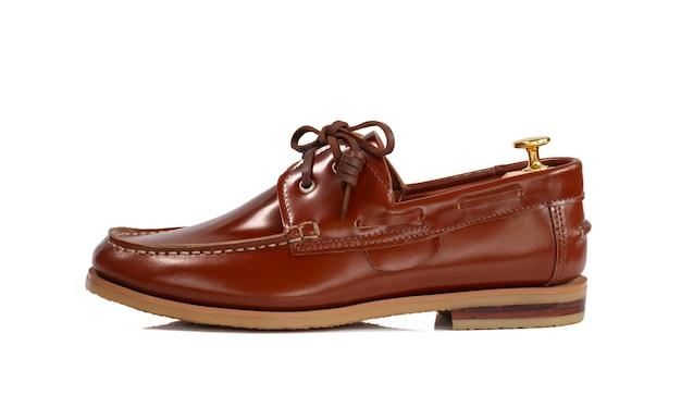 Concepto de moda masculina. zapatos de barco de cuero marrón aislados en blanco.