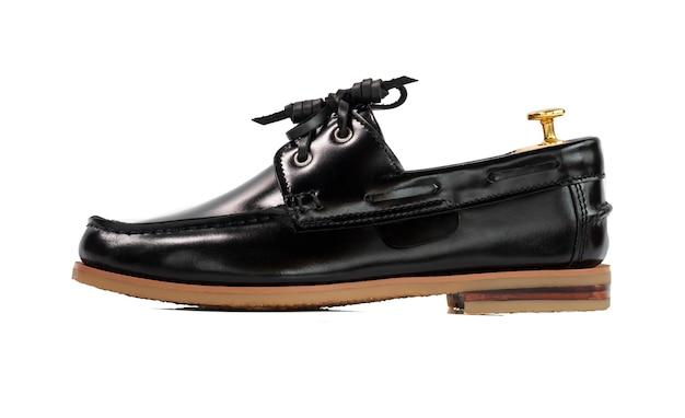 Concepto de moda masculina. zapatos de barco de cuero negro aislados en blanco.