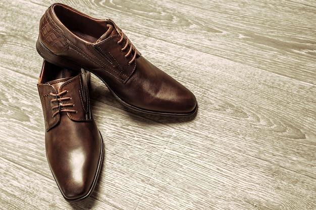 Concepto de moda con zapatos masculinos en madera.