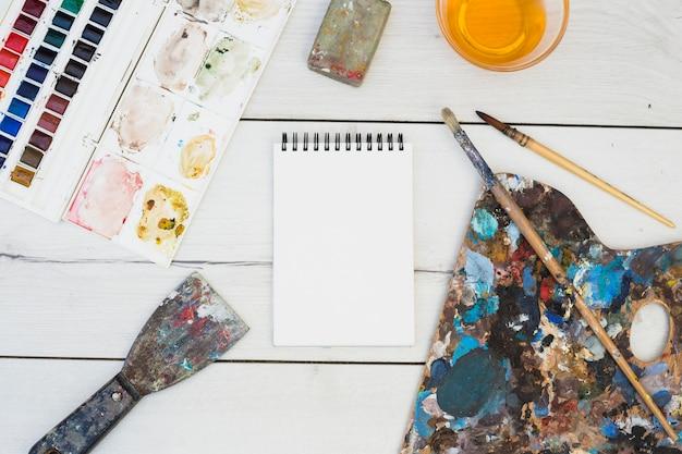 Concepto moderno de artista con elementos profesionales